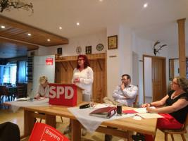 SPD-Europaabgeordnete Kerstin Westphal bei ihrem Referat, am Tisch von links nach rechts das Tagespräsidium mit Anette Pappler (Solnhofen), Hans H. Unger (Feuchtwangen, Kreisvorsitzender SPD Ansbach-Land) und Kathrin Pollack (Ansbach)