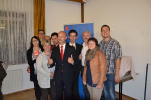 Freude über das Ergebnis - Lutz Egerer im Kreis von Delegierten