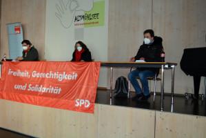 Das Tagespräsidium: links Hari Dösel (SPD-Kreisverband Weißenburg-Gunzenhausen), daneben Petra Hinkl (KV Ansbach-Land) und Michael Kittelberger (KV Ansbach-Stadt) (Foto: Klaus Heger)